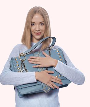 Девушка с брендовой сумкой