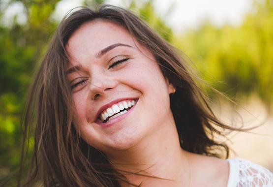 Девушка с красивой улыбкой